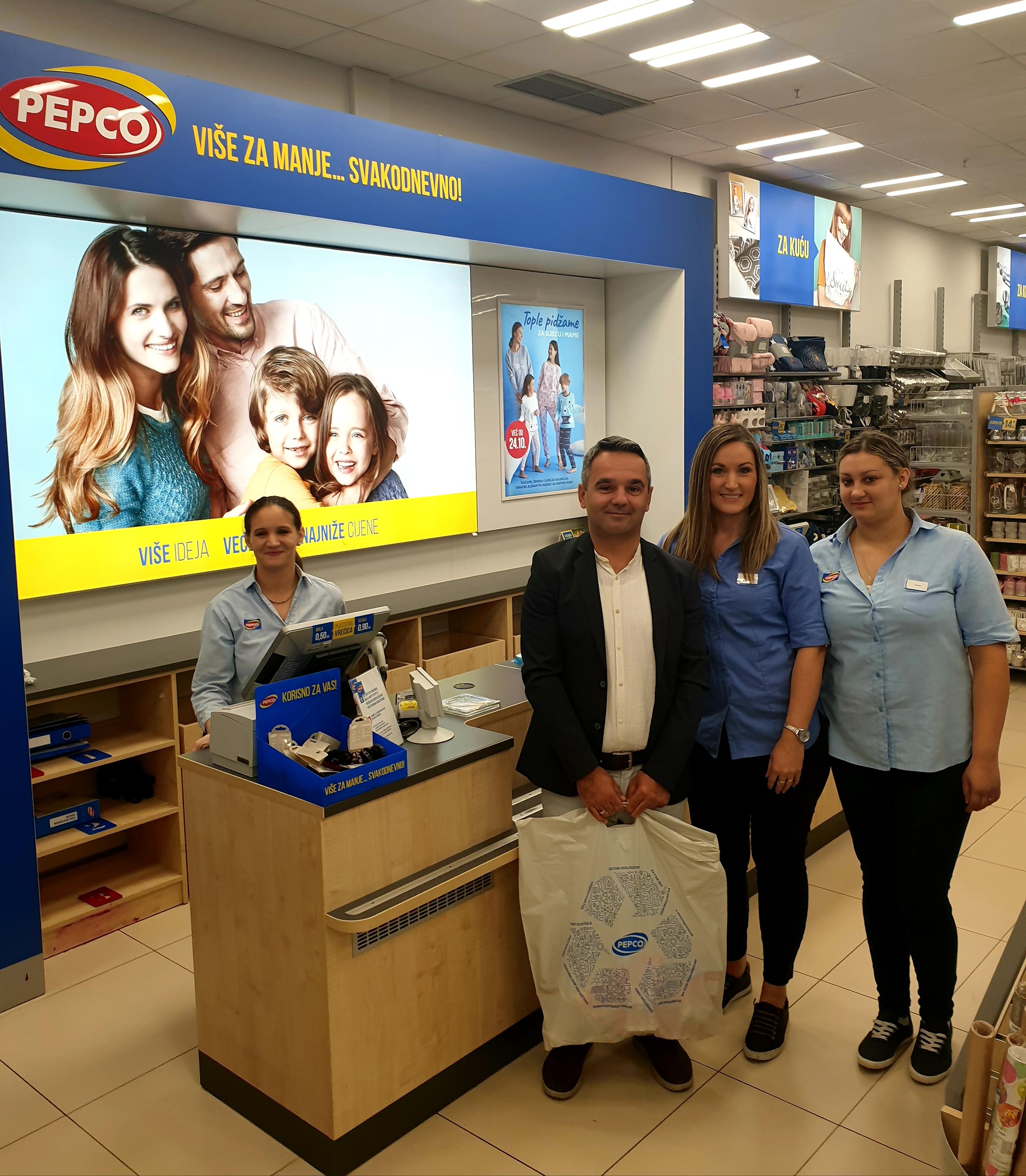 Donacija tvrtke PEPCO Croatia d.o.o. - ravnatelj s djelatnicama tvrtke