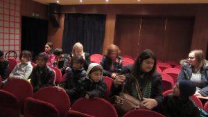 Izlet u Zagreb - u gledalištu kazališta Žar ptica, korisnici čekaju početak predstave