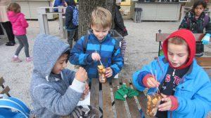 Izlet na Advent u Zagrebu - korisnici jedu fritule