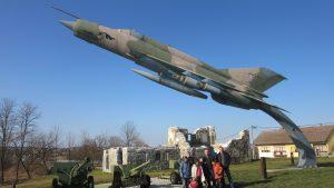 Posjet Muzeju Domovinskog rata u Karlovcu - korisnici ispred muzeja, grupna fotografija (2)