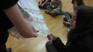 Posjet Gradskom muzeju Koprivnica - korisnica dodiruje čipku