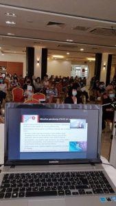 Simpozij Promicanje važnosti ljudskih odnosa - zaslon računala i sudionici u pozadini