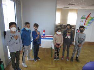 Korisnici obilježili Dan sjećanja na žrtve Domovinskog rata i Dan sjećanja na žrtvu Vukovara i Škabrnje - grupna fotografija korisnika uz lampion i zastavu