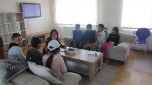 Sudjelovanje u istraživanju UNICEF-a Participacija ranjivih skupina djece - korisnici s istraživačicom u grupnom razgovoru