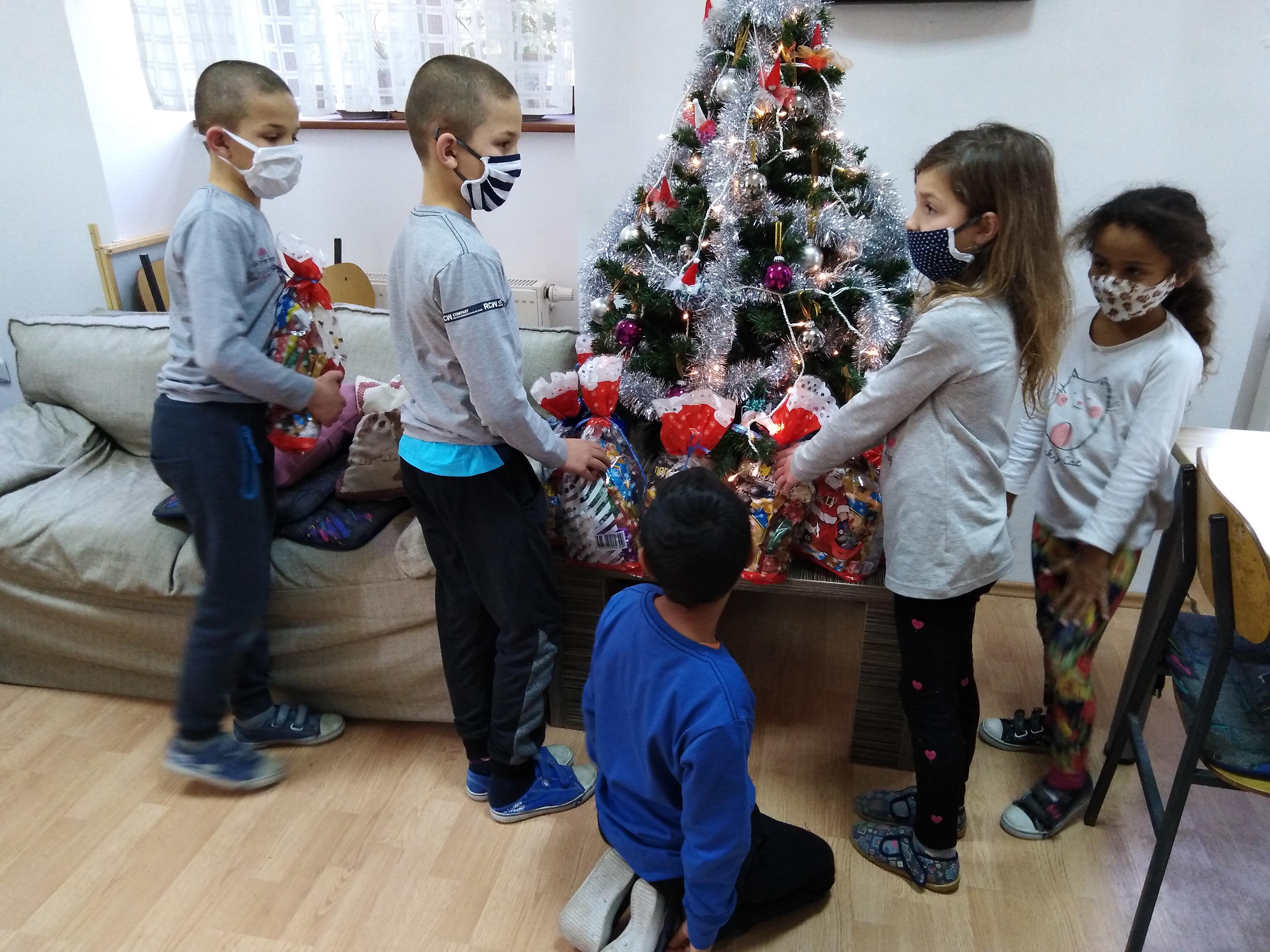 Darivanje korisnika povodom Svetog Nikole - korisnici i pokloni ispod bora