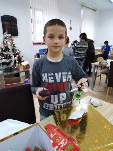 Darivanje korisnika povodom božićnih blagdana - korisnik s poklonom, helikopter