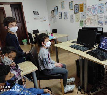 """Online pričaonica u suradnji s knjižnicom i čitaonicom """"Fran Galović"""" - korisnici ispred računala"""