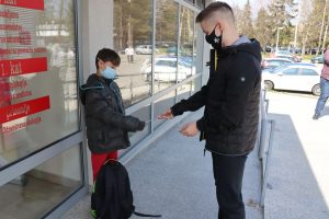 Darivanje dječjih gradskih vijećnika - dva dječaka ispred Centra Svitanje (2)
