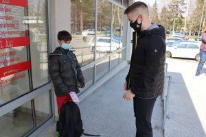 Darivanje dječjih gradskih vijećnika - dva dječaka ispred Centra Svitanje