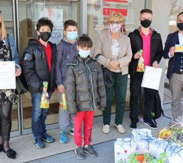 Darivanje dječjih gradskih vijećnika - zajednička fotografija ispred Centra Svitanje